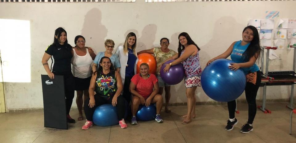 A fisioterapeuta do NASF, em parceria com a nutricionista realizaram uma aula de pilates para as mulheres do grupo de emagrecimento.